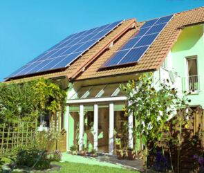Hus med solceller och bergvärme.