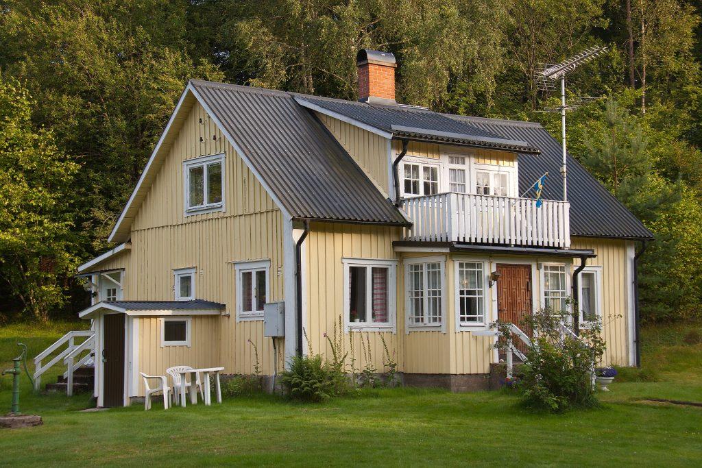 Svensk trävilla i ljust gul färg.
